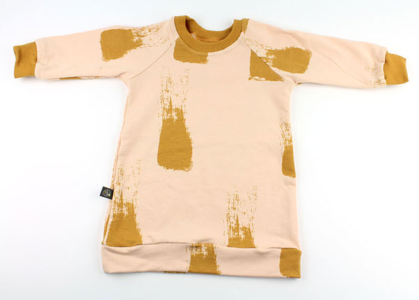 zalm met mosterdgele verfstrepen (sweaterdress)