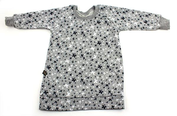 grijs met kleine witte en zwarte bloemetjes (sweaterdress)