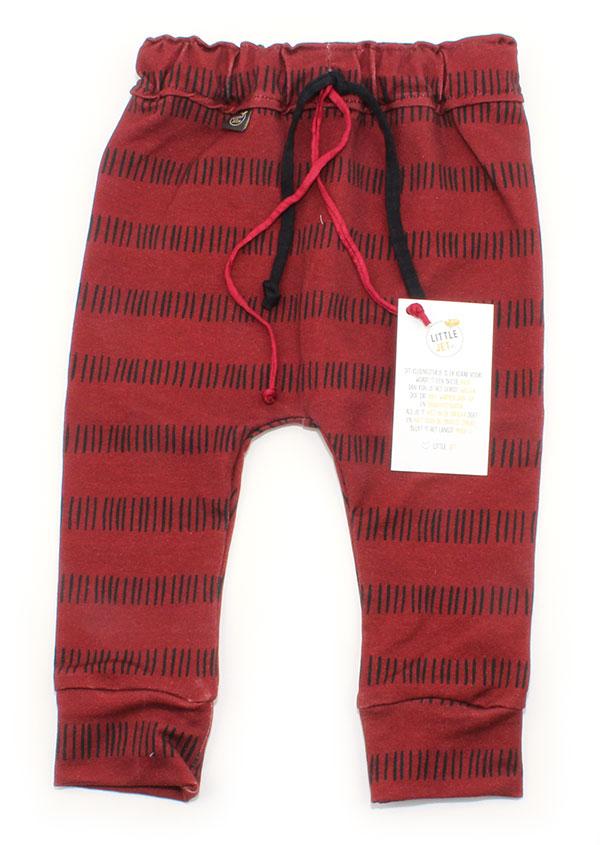 rood met kleine zwarte streepjes
