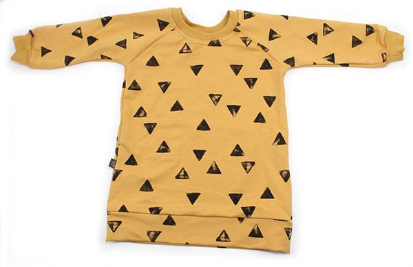 okergeel met zwarte driehoekjes